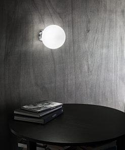 Applique in cromo lucido con sfera in vetro bianco 6349 - Perenz